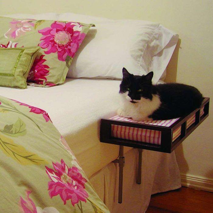 Лежанка у кровати