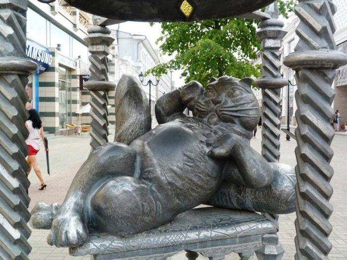 Кот на скамье