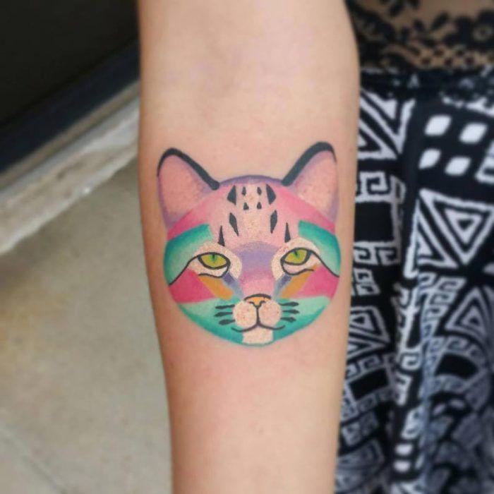 Яркая татуировка в виде кошки